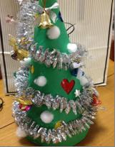セロファンで飾りを作るクリスマスツリー