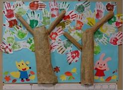 手形で作る紅葉の壁面飾り