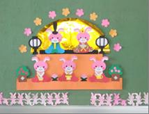 金屏風が華やかなひな壇の壁面飾り