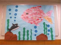 魚のモザイクアートがユニークな壁面飾り