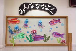 水槽の中で泳ぐ魚たちが涼しげな壁画飾り